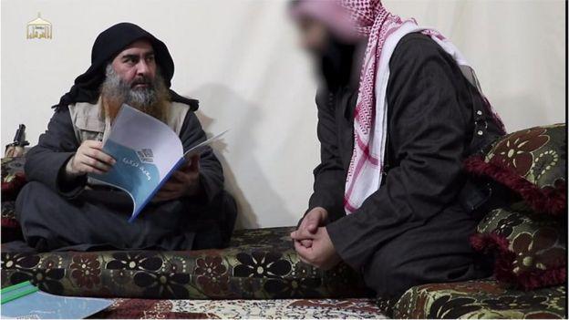 """Bağdadi, IŞİD kollarının raporlarını incelerken elinde """"Türkiye Vilayeti"""" yazan bir raporu tutarken"""