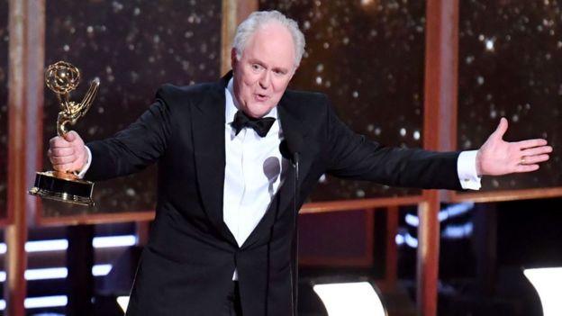 """John Lithgow recibiendo su premio Emmy como """"Mejor Actor Secundario en una serie dramática"""" el año pasado."""