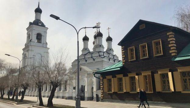 莫斯科人一直在享受春天的阳光