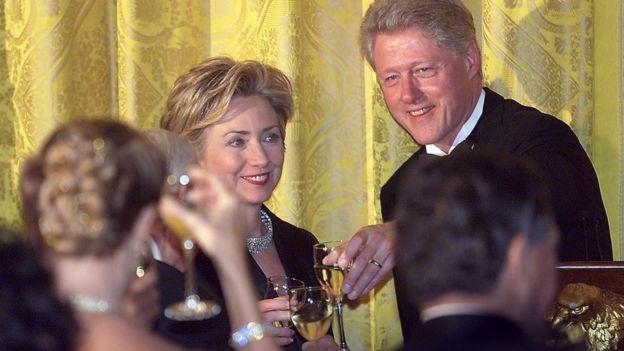 Hillary y Bill Clinton en un brindis.