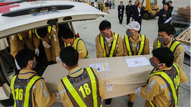 Chuyến bay chở số thi hài này đáp xuống sân bay Nội Bài vào sáng 27/11.