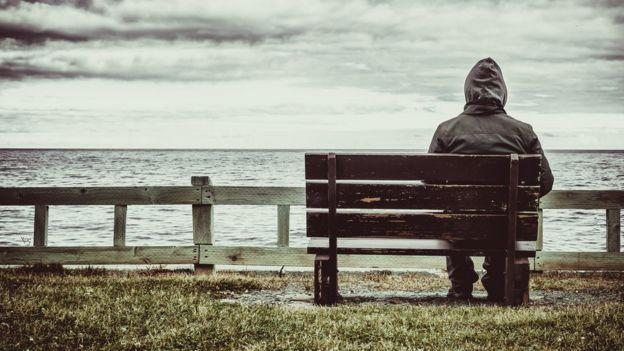 Pessoa sentada no banco