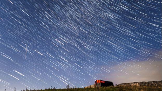 Una composición compuesta por más de 30 fotografías tomadas durante 15 minutos durante la lluvia de meteoros perseidas.