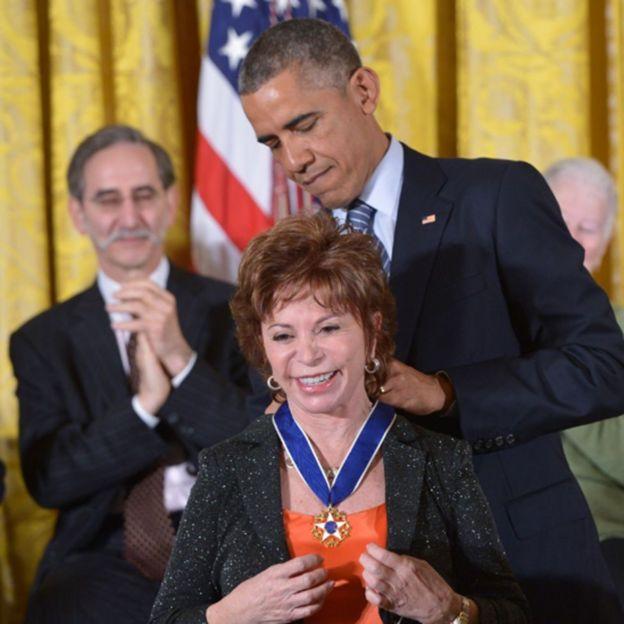 Barack Obama poniéndole la Medalla de la Libertad a Isabel Allende.