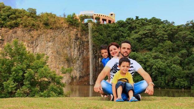 Diego, os filhos e a esposa, em ensaio fotográfico que fizeram em Colombo