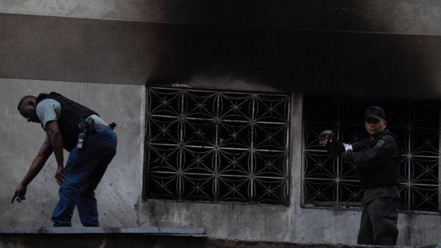 Los servicios de inteligencia examinan manchas negras de lo que parece haber sido una explosión en un edificio cercano