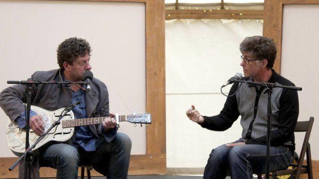 Twm Morys ac Idris Morris Jones oedd yn sgwrsio yn y Tŷ Gwerin heddiw // The bard and musician Twm Morys in a Q&A with musician and broadcaster Idris Morris Jones at the folk tent today