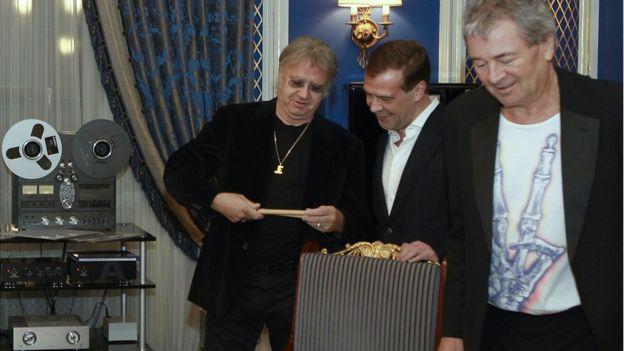 На встрече тогдашнего президента Медведева и музыкантов Deep Purple в президентской резиденции Горки накануне московского концерта группы 23 марта 2011 г. Барабанщик Иэн Пейс дарит президенту набор барабанных палочек. Справа от Медведева - вокалист Иэн Гиллан.
