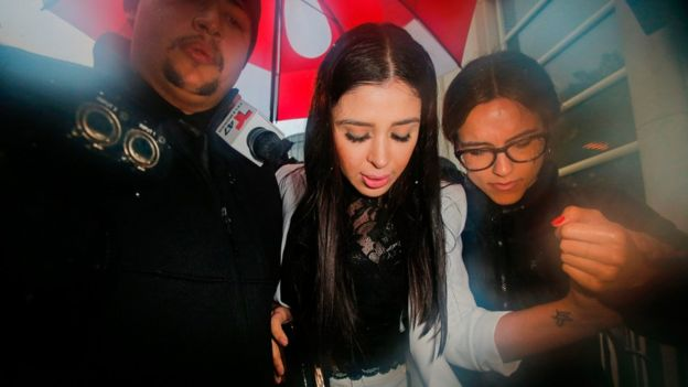 La esposa del Chapo, Emma Coronel Aispuro, rodeada por los medios.