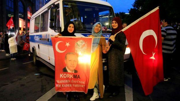 Mulheres vestindo o hijad celebram vitória do presidente