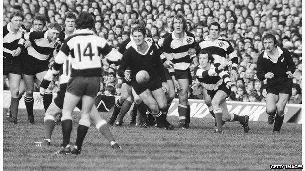 Yn ol nifer, cais y mewnwr i'r Barbariaid yn erbyn y Crysau Duon yn 1973, ydi'r cais gorau i'w sgorio erioed. According to many, the scrum half's try for the Barbarians against the All Blacks in 1973 is the best try ever scored