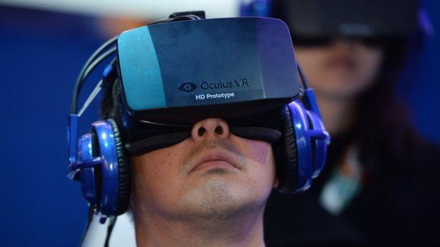 Nin xiran qalabka madaxa ee Oculus Rift headset