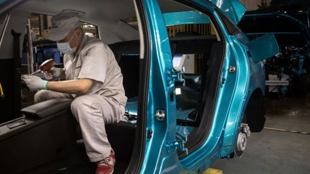Dos fábricas de automóviles ya reiniciaron su producción en línea.