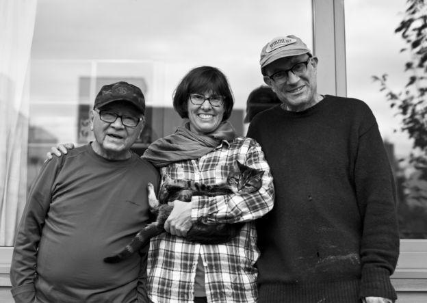 Bobby Desjarlais (E), que por mais de uma década foi sem-teto e que vive há um ano em uma microcasa no quintal de Kim Sherman (C) e Dan Tenenbaum (D), em Seattle, nos EUA