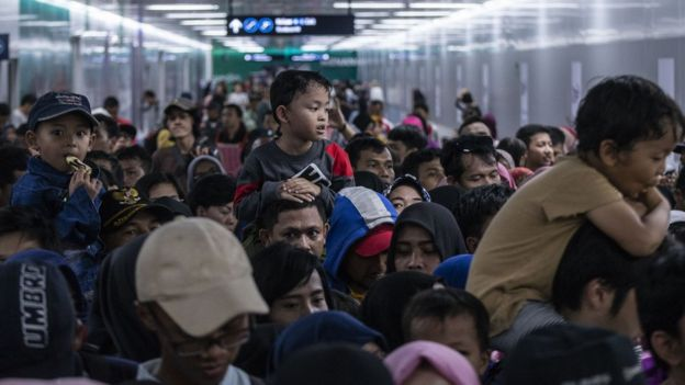 Warga mengantri untuk menaiki kereta MRT di Stasiun MRT Bundaran HI, Jakarta, Minggu (24/3/2019).