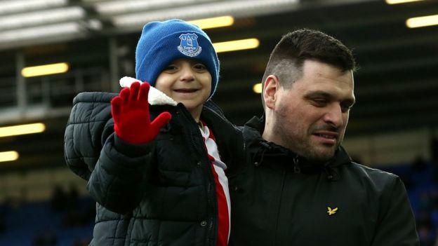 Bradley con su padre Carl en un partido de fútbol entre Everton y Sunderland