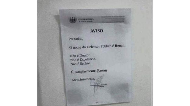 """""""Prezados, o nome do defensor público é Renan. Não é doutor. Não é Excelência. Não é senhor. É, simplesmente, Renan"""", diz um papel colado na porta da sala"""