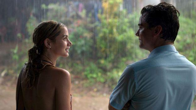 Ana de Armas e Wagner Moura em cena na chuva