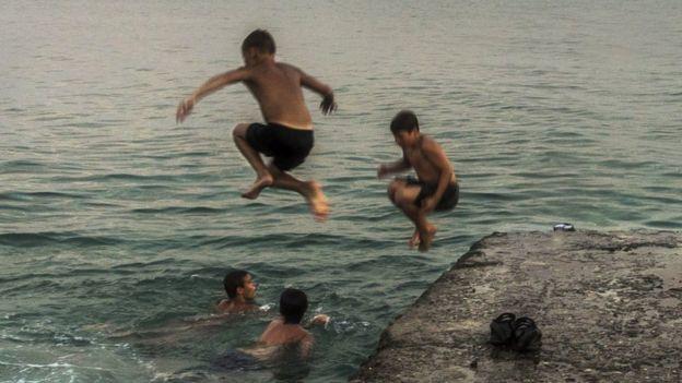Un grupo de niños nada en el Mar Negro de Abjasia
