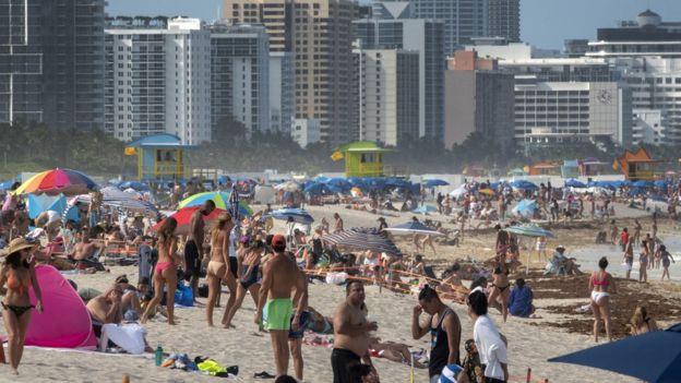 Playa de Miami llena de gente el 26 de junio de 2020