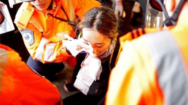 急救人员在现场为女生包扎。