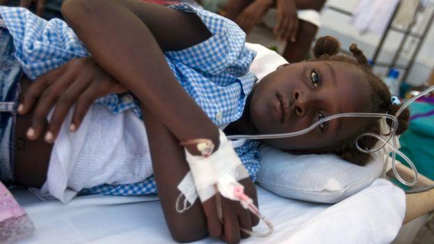 Una niña en Haití reposa en una cama de un hospital
