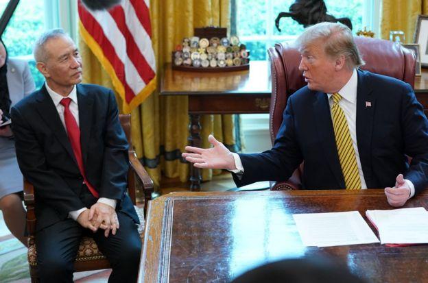 刘鹤在白宫椭圆形办公室的座位变化——以往两次接见刘鹤,特朗普都把他安排在自己对面,此次则不同以往地安排坐在自己的右手边,并排而坐