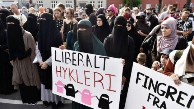 Danimarka'da getirilen yasak, protestolara sebep oldu