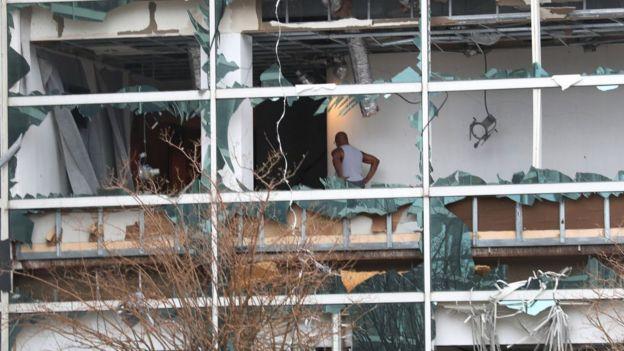Edificio con las ventanas rotas en Lake Charles.
