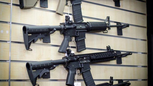 Armas colgadas de una pared.
