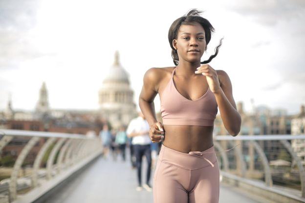 Девушка совершает пробежку в Лондоне
