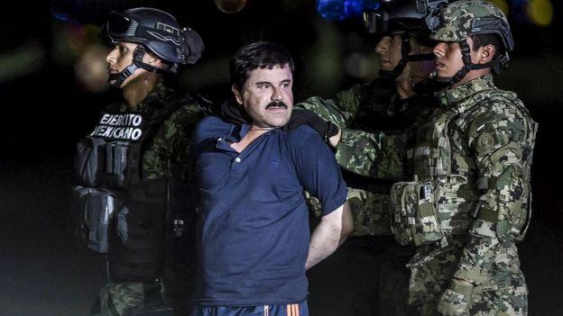 """خواكين غوزمان لويرا، المعروف كذلك باسم """"إل تشابو"""" رُحّل إلى سجن شديد التأمين في العاصمة مكسيكو سيتي، في الثامن من يناير/كانون الثاني 2016"""