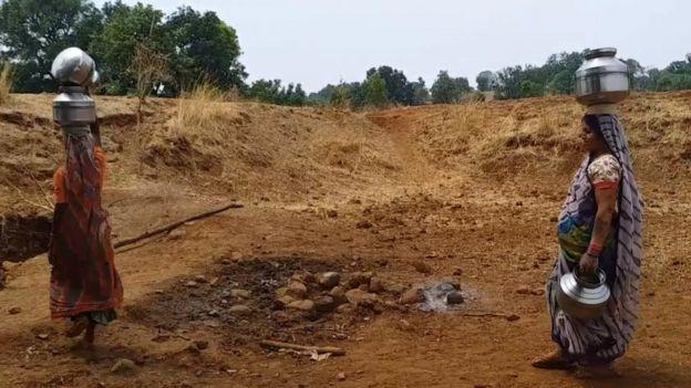 Bhuni Shelukar treks in the scorching heat to fetch water