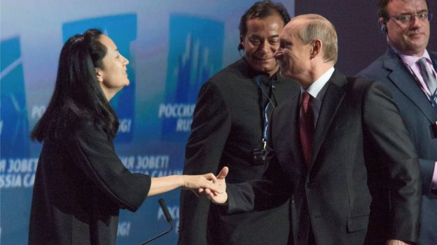 "El presidente de Rusia Vladimir Putin (R) greets Meng Wanzhou, Executive Board Director of the Chinese technology giant Huawei, during a session of the VTB Capital Investment Forum ""Russia Calling!"" in Moscow in 2014"