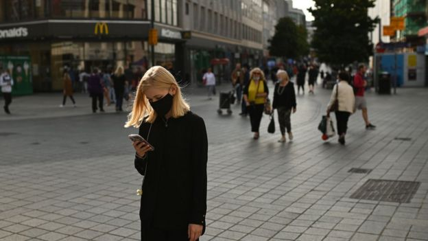 امرأة ترتدي قناعا في أحد شوارع ليفربول