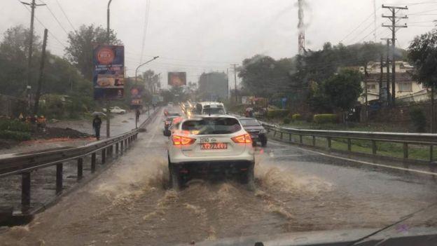 Magari yyakihangaika kupita kwenye barabara jijini Nairobi