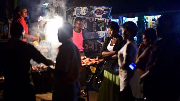Puesto de comida callejera en Uganda.