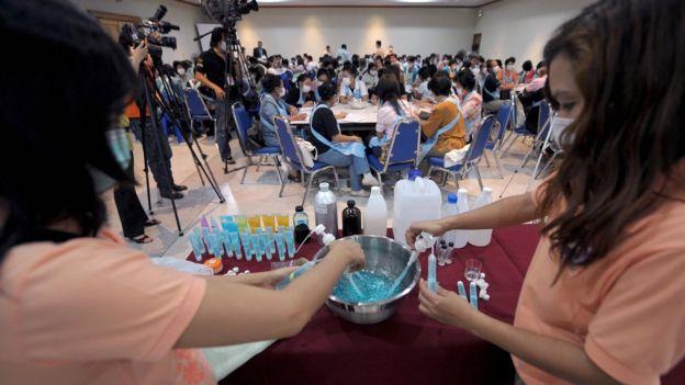 เจ้าหน้าที่สาธารณสุขให้ความรู้กับประชาชนในช่วงการระบาดของไข้หวัดใหญ่ชิดเอ สายพันธุ์ H1N1 เมื่อปี 2552