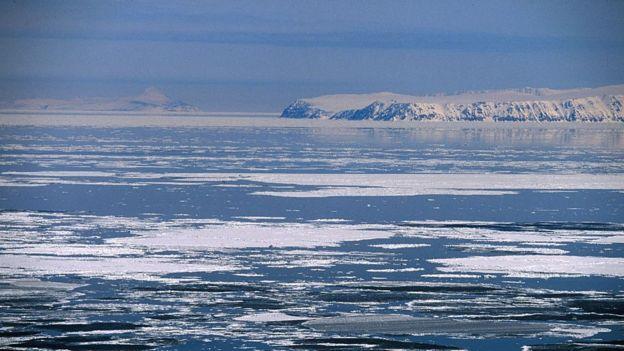Las aguas heladas del estrecho de Bering entre la Diómede menor (al fondo a la izquierda) y la Diómede Mayor (a la derecha).