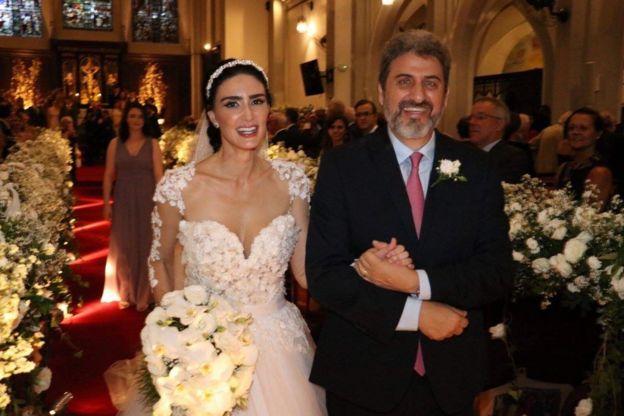 A atriz Cristiane Machado e o marido dela, Sergio Schiller Thompson-Flores, durante a cerimônia de casamento deles, em abril de 2018
