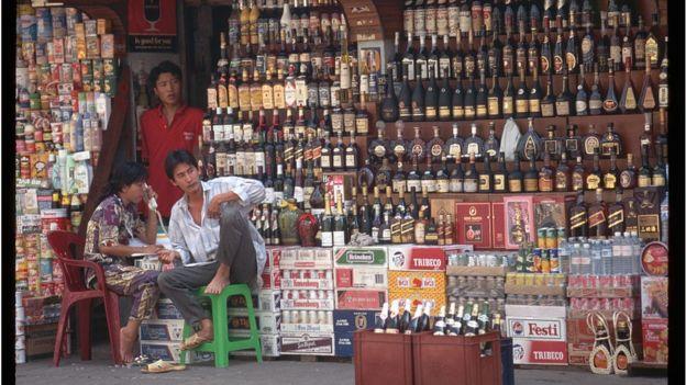 Một cửa hàng bán rượu, bia và đồ uống trong Chợ Lớn