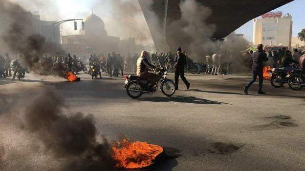 تجمع معترضان در میدانی در شهر اصفهان