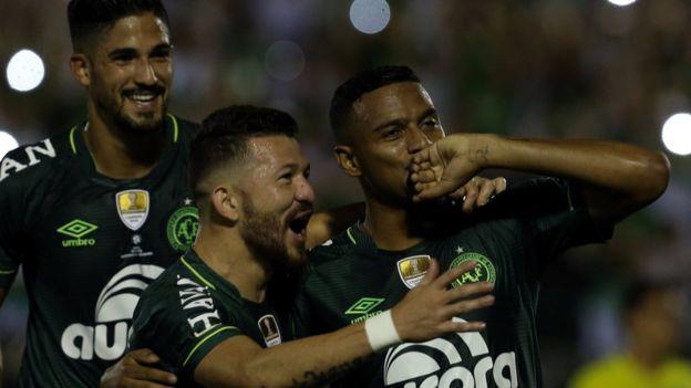 Reinaldo festeja el primer gol del partido junto a Rossi y Tulio de Melo.