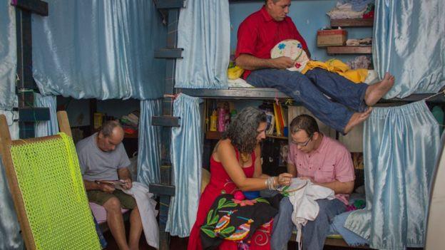 Milena Curado com detentos em presídio de Goiás Velho, GO