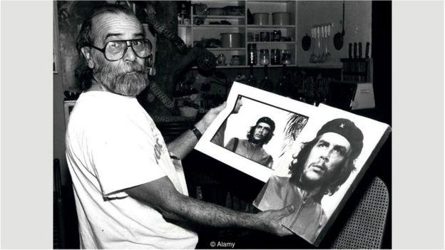 科达手举着为格瓦拉拍摄照片的裁剪版和原版。