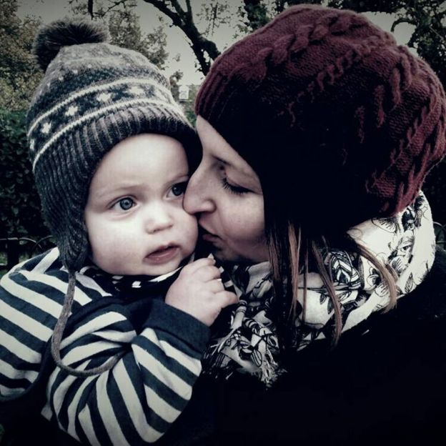 Ellie Finch Hulme com o filho Charlie