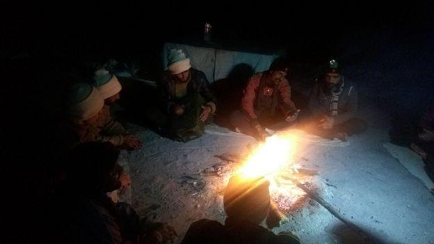 Soldados en la noche en Siachen.