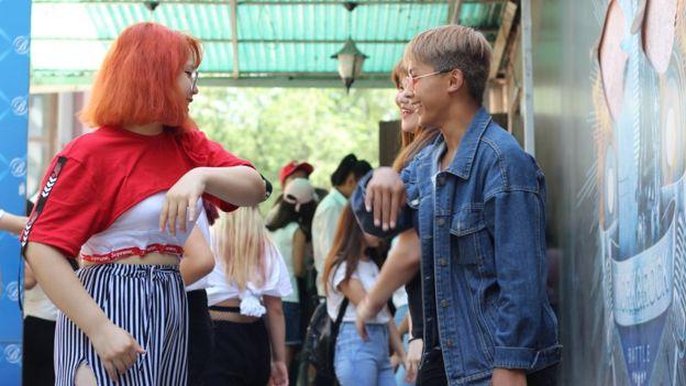Девушки репетируют перед началом кей-поп вечеринки в Бишкеке