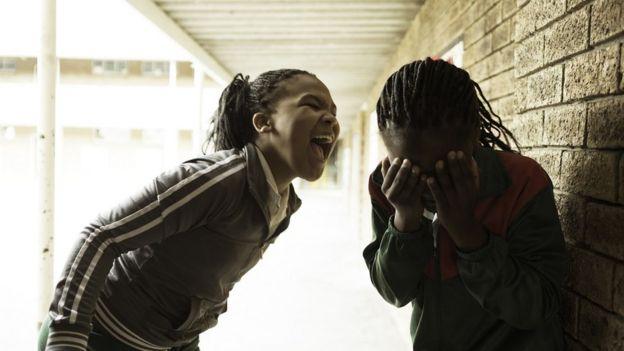 Duas estudantes discutindo no recreio