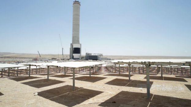 Espelhos e torre da Usina de Ashalim ao fundo